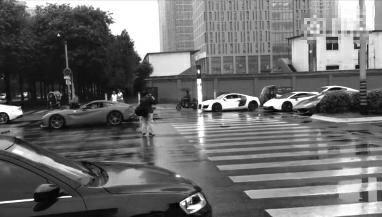 3辆豪车为让婚礼车队先过堵路口 时长超2个灯时