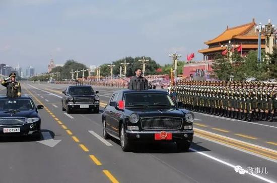 图为宋普选(左)乘车陪同习近平检阅