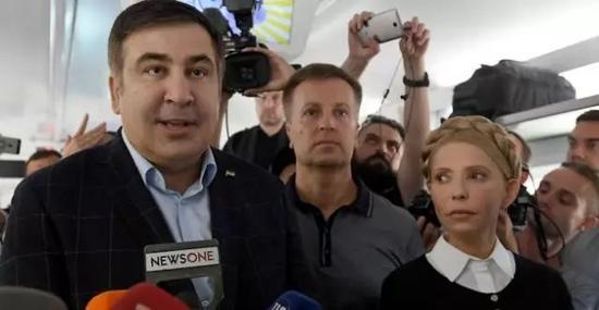 萨卡什维利(左)和季莫申科。
