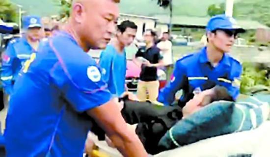 一名受伤驴友被抬上担架。广州日报 图