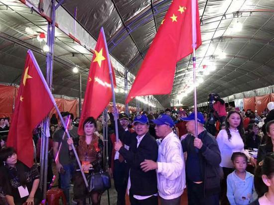 2016年新住民共和党举行跨年活动,场内红旗飘扬。