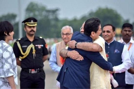 """9月13日,日本首相安倍晋三抵达印度艾哈迈达巴德机场,开启了为期两天的访印之旅。安倍一下飞机,莫迪就突然给了他一个""""熊抱""""。"""