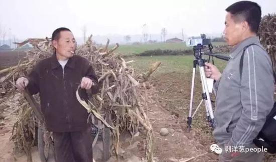 张焕财在田间拍摄。受访者供图