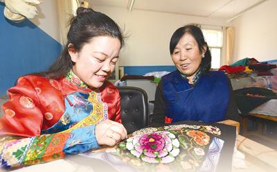 民和回族土族自治县积极传承土绣工艺,助推特色文化产业发展。   冶晓刚摄