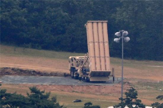 """部署在韩国星州美军基地的""""萨德""""发射车"""