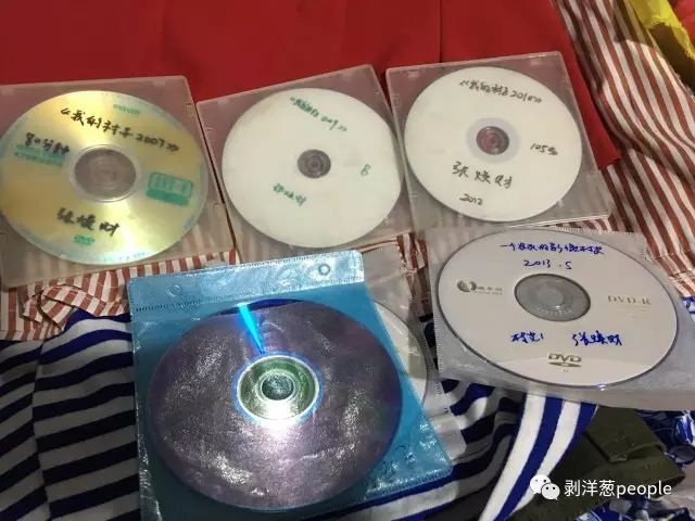 这些光盘都是张焕财拍摄的纪录片。