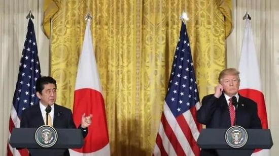 ▲资料图片:今年2月,特朗普在白宫会见日本首相安倍晋三。(盖帝图像)