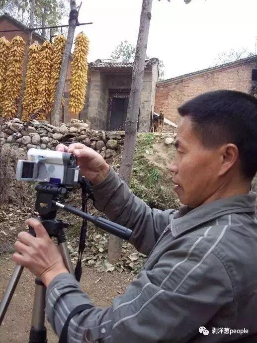 张焕财在拍摄纪录片。