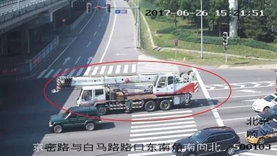监控视频发现了被盗的25吨位大型吊车。警方供图