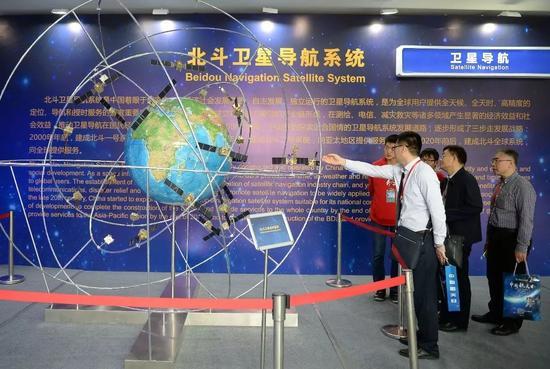 """▲材料图片:4月24日,在陕西西安西北工业大学举办的2017""""我国航天日""""科普宣传周上,参观者了解斗极卫星导航体系。"""