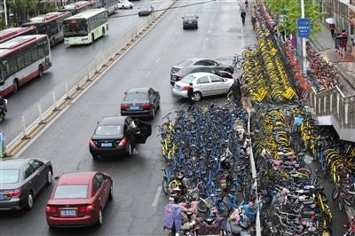 今年4月19日,昌平区龙泽地铁站,许多共享单车堆放在灵活车道上,导致三车道酿成两车道。 新京报记者 王飞 摄
