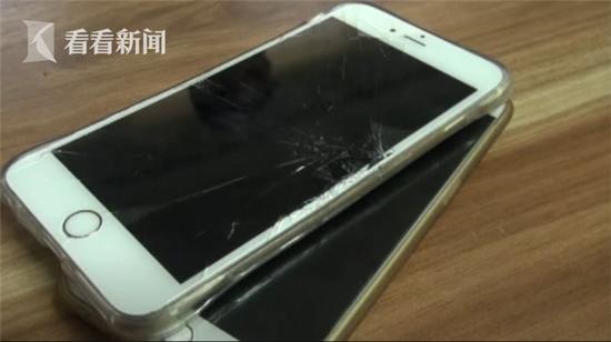 发生事故之后,骑车男子向杨先生表示,自己的一部苹果7PLUS在碰撞中摔坏了,这责任得由杨先生承担。