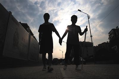 9月8日下午4时,赵金凤带着母亲在出租房附近散步。图片来源:新京报