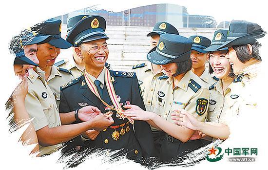 """获得""""八一勋章""""归来,王忠心与战友一道分享声誉。李鸿林 摄"""