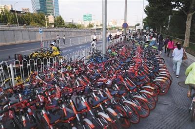 9月15日下战书,八王坟东公交站四周,共享单车停放了三排,占有人行道的三分之二,行人只能从一旁通行