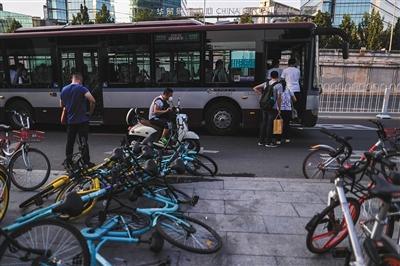 月15日,八王坟东公交站,共享单车横七竖八地倒在路边