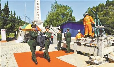武警官兵将遗骸移送至遗骸判定处