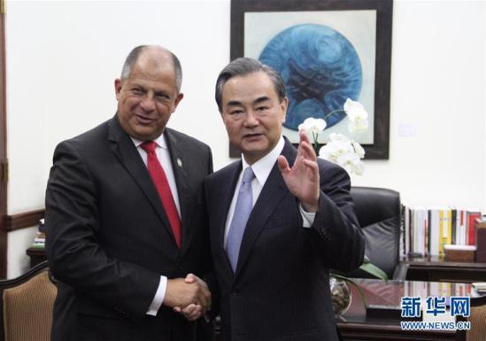 9月15日,哥斯达黎加总统索利斯(左)在圣何塞会见中外洋交部长王毅。