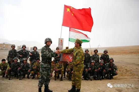 巡逻竣事后,双方武士围坐在一起共进午餐,交流军事技术、跳民族舞、赠予礼物等运动,增进了双方友谊和互信。