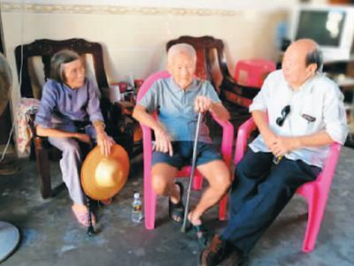 图为张修隆(中)向陈文雄(左一)讲述昔时之履历。