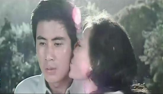1980年,开辟新中国银幕第一吻的《庐山恋》。视觉中国供图