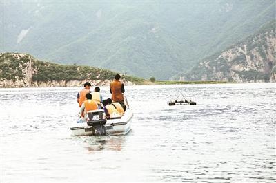 救援职员搜索徐海燕和孙昊时动用了无人口艇。