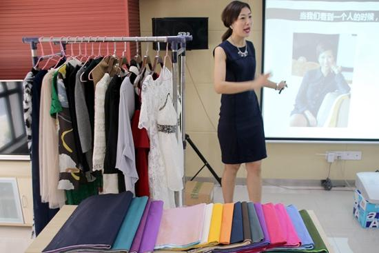 苏州举办单身青年约会形象专题讲座。视觉中国供图