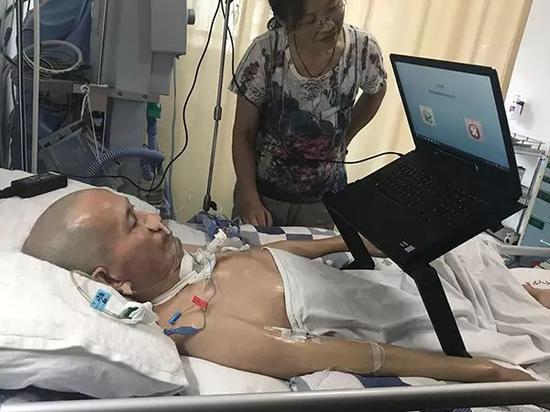 妻子在帮唐贵安调试电脑