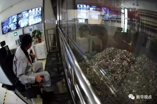 9月15日,在北京向阳清洁焚烧中央,工人在抓取垃圾焚烧。新华社记者鞠焕宗摄