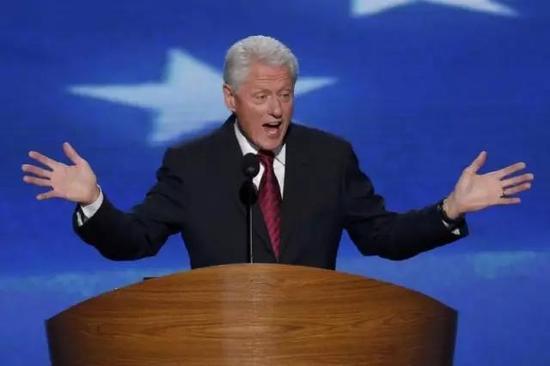 小布什的出场费比不过克林顿,大约在10~17.5万美元。但他胜在次数多,离任后已经发表了近200场演讲!