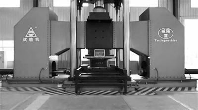 隔震支座在2500吨压剪机上开展测试