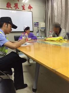 楚天都市报讯 图为:在民警调解下,医院同意赔偿李先生1000元