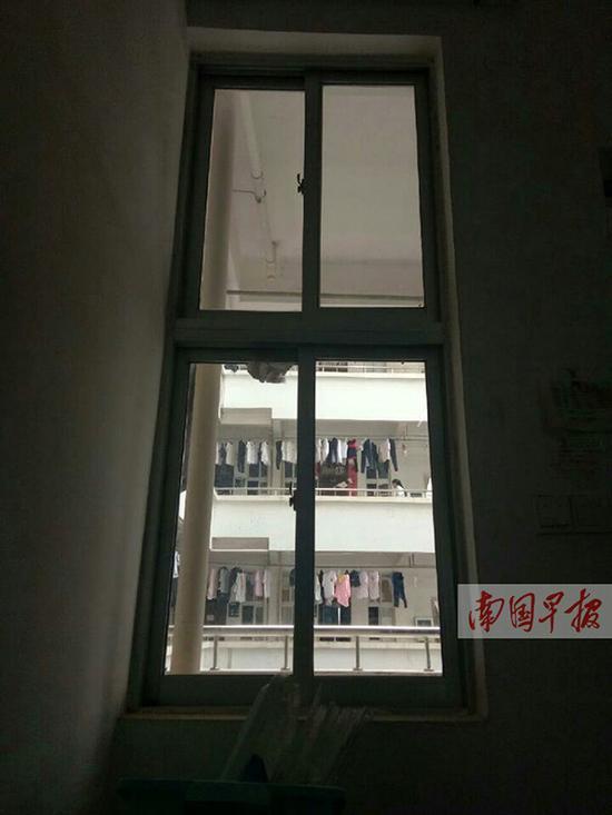 学生宿舍靠近走廊方向的窗户,窗帘已被拆除。