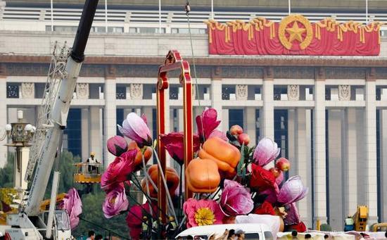 天安门广场中央大花篮变身花果篮。 视觉中国  图