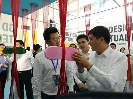 陈刚在白洋淀(雄安·容城)国际服装文化节展区举行调研。郭东摄