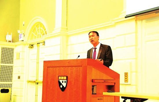 站在哈佛演讲台上的杨昌洪。