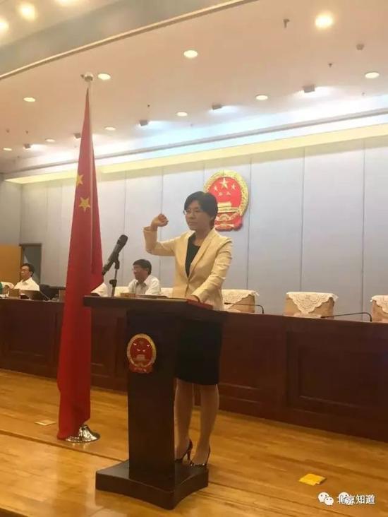 随后,熊九玲举行了庄重的宪法宣誓,就任市政府外事办主任。