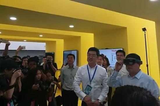 观众在体验VR手艺。原付川摄