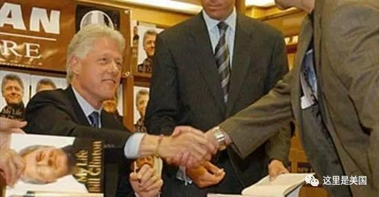 他2004年撰写的回忆录《我的生活》( My Life ),又赚了 1500 万美元......