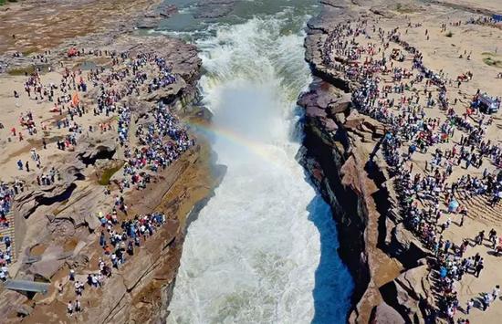4月30日,游客在黄河壶口瀑布景区游览?饶北成摄