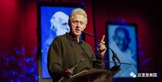"""克林顿夫妇也很会""""抢钱""""。克林顿一场演讲的出场费就是20万到50万美元。"""