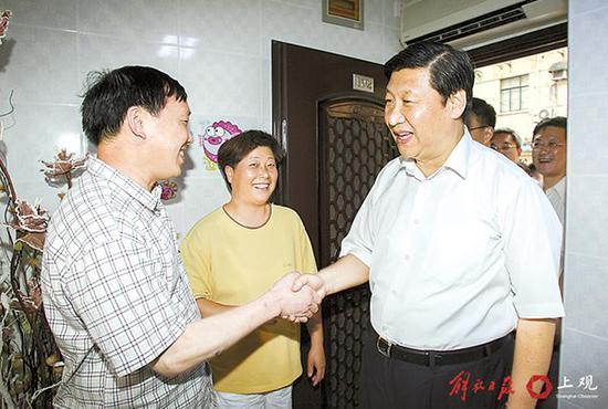 2007年8月2日,习近平在闸北区调研时走进居民家中,关切地询问他们的生活情况。
