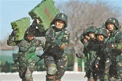 女子特战连官兵举行扛弹药箱冲刺角逐。