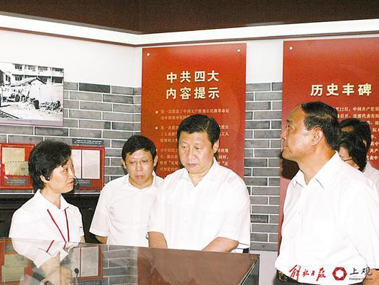 2007年7月12日,习近平在虹口区调研。