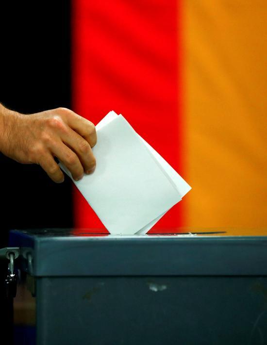 9月24日,一名选民在德国柏林参加联邦议院选举投票。  新华社 图