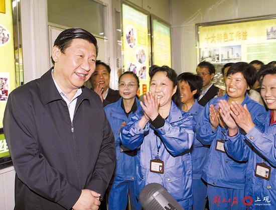 2007年5月1日,习近平看望普陀区宜川清扫班工人。