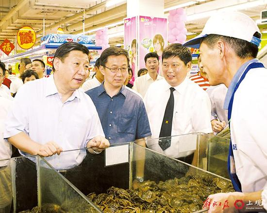 2007年10月6日,习近平调研农工商超市119店,了解食品供应情况。
