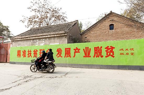 """打好这场脱贫攻坚""""硬仗中的硬仗"""",必须周全贯彻精准扶贫、精准脱贫基本方略。视觉中国 资料"""
