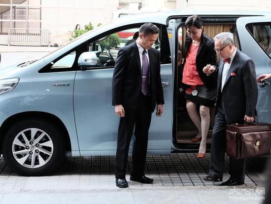 26日上午9时许,曾荫权与妻子一同到达高等法院。(图源:香港大公网)
