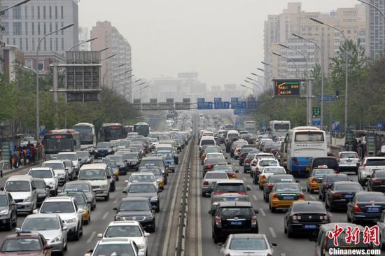 资料图:路上拥堵的车辆。张云 摄